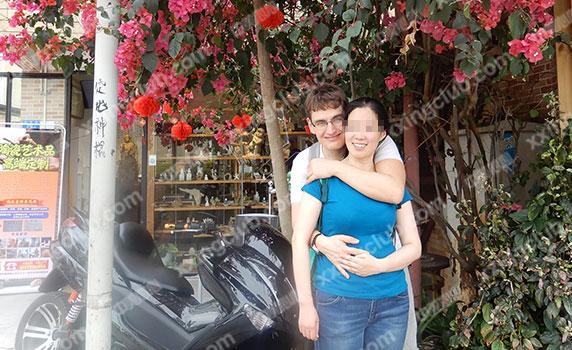 《可爱女人》,并且弹吉他唱给许女士听,peter是法国人,一直想学习中文